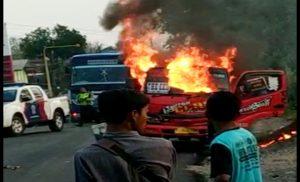 Truk yang dibakar massa di Jl. Rembang – Blora, Jum'at sore (08/11).
