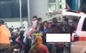 Korban dievakuasi ke dalam mobil ambulance, usai kecelakaan kerja di Indomaret, barat Alun-Alun Rembang, Senin malam (25/11).