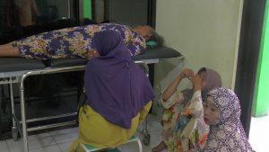 Seorang korban terluka menjalani perawatan di Puskesmas Sarang, Minggu siang. (Gambar atas) Atap pasar Sarang yang ambruk.
