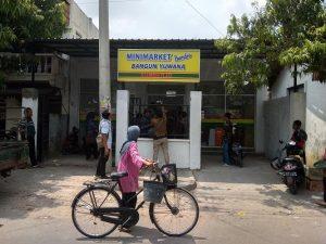 Mini Market Bangun Yuwana. (Foto atas) Calon Kades terpilih Desa Sumberejo, Slamet Rahayu didampingi Kades Sumberejo sekarang, Yopi Arifianto mengecek kondisi dalam mini market, Selasa (19/11).