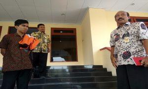 Pelaksana Tugas Kepala Dinas Perhubungan, Moch. Daenuri keluar dari Kantor Bupati Rembang.
