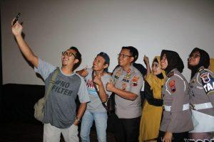 Kapolres Rembang bersama sejumlah wartawan berswafoto usai nonton bareng Film Sang Prawira, Kamis petang (28/11).