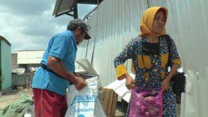 Pedagang sibuk beraktivitas di dekat atap emperan Pasar Sarang yang ambruk.