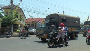 Truk pengangkut pasukan dari luar daerah, meninggalkan Mapolres Rembang, Kamis pagi (07/11).