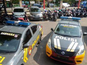 Mobil polisi dari Polres Demak ikut mengamankan jalannya Pilkades di Kab. Rembang. (Foto atas) Bupati Rembang, Abdul Hafidz memeriksa barisan pasukan, Selasa (05/11).