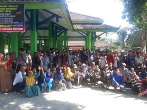 Warga Desa Sendangmulyo, Kec. Sluke mendatangi Kantor Kecamatan Sluke, Jum'at (08/11).