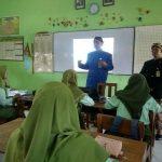 Guru SMA N I Sumber mengenakan pakaian adat Jawa Tengah, saat mengajar, Kamis (14/11).