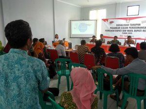 Komisioner Bawaslu Kabupaten Rembang, Maftuhin menyampaikan pendapat, saat sosialisasi calon perseorangan Pilkada di kantor KPU, Kamis siang (28/11).