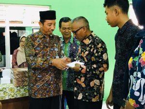 Bupati Rembang, Abdul Hafidz, Jum'at (01/11) menyerahkan sumbangan kepada salah satu pegawai Dinas Pertanian & Pangan yang mobilnya terbakar.