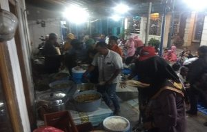 Kalah Pilkades, gelar tasyakuran di Desa Sumberejo, Rembang, Senin malam. (Foto atas) Linggo Utomo bersama isteri.