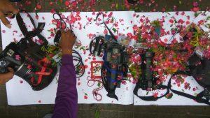 Wartawan Rembang melakukan tabur bunga pada alat kerja mereka, menyikapi keprihatinan kekerasan terhadap pekerja pers. (Dok. mataairradio).