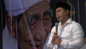 Wakil Gubernur Jawa Tengah, Taj Yasin beri sambutan dengan latar belakang foto Alm. Kiai Maimoen Zubair. (Foto atas) Secara simbolis, pihak Semen Gresik memberikan bantuan pembentukan TPQ bersertifikasi.
