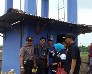 Tandon air bantuan dari Kementerian Sosial di Desa Meteseh, Kec. Kaliori sudah dioperasikan. (Foto atas) Tugu keserasian sosial menjadi simbol kerukunan masyarakat.