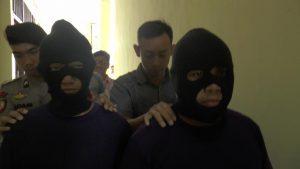 Dua tersangka pelaku yang diduga membakar truk digiring polisi menuju sel Mapolres Rembang, Selasa (26/11).
