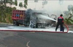 Petugas Damkar menyemprotkan busa atau foam ke dump truk yang dibakar massa di Jl. Rembang – Blora, Jum'at sore (08/11).