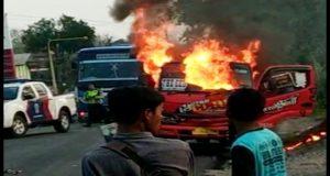 Dump truk yang dibakar usai kecelakaan lalu lintas di Jl. Rembang – Blora, beberapa waktu lalu.
