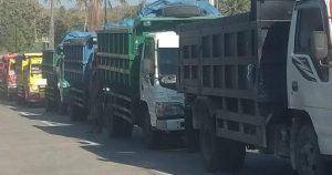 Deretan truk tambang antre melintas di jalur Sedan – Sarang.