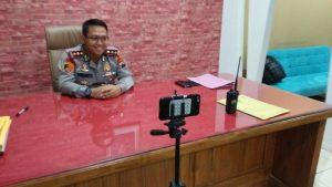 Kapolres Rembang, AKBP Dolly A. Primanto persiapan live di Inews TV, Senin petang. (Foto atas) Barang bukti botol berisi bensin diamankan pihak Polres Rembang. Bensin tersebut diduga untuk membakar korban.