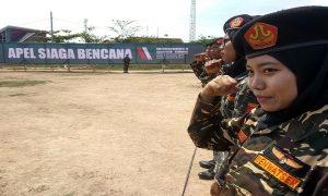 Anggota Banser wanita di Kab. Rembang ikut ambil bagian dalam apel siaga bencana, Minggu (08/12).