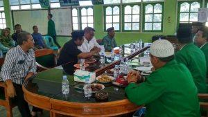 Arifin (tengah baju putih) saat mendaftar sebagai bakal Cawabup di kantor DPC PPP Kab. Rembang, Sabtu (28/12).