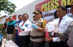 Wakapolres Rembang, Kompol Tamlikan menunjukkan barang bukti pil. (Foto atas) Dua tersangka yang diamankan dalam peredaran pil.