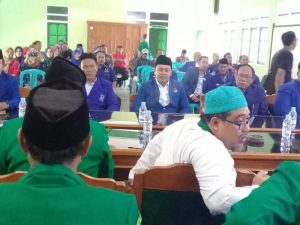 Bayu Andriyanto (peci jas biru) mendaftar sebagai bakal calon Wakil Bupati di kantor DPC PPP Kab. Rembang, Sabtu (28/12).
