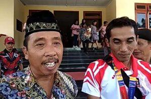 Bupati Rembang, Abdul Hafidz bersama atlet menembak, Anung Satriyo Wibowo. (Foto atas) Suasana kediaman Anung Satriyo Wibowo di Desa Sriombo, Kec. Lasem saat syukuran atas keberhasilan Anung, belum lama ini.