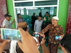 Fanty Kurnia Margaretha melayani permintaan foto dari sejumlah warga, seusai mendaftar bakal Cawabup di kantor DPC PPP, Jum'at sore (27/12).