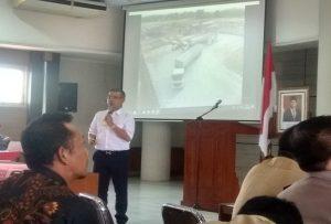 Ari Gudadi dari PT. Super Energy menunjukkan gambar truk mengisi gas di depo kilang, saat sosialisasi di lantai IV Kantor Bupati Rembang, Senin (23/12).