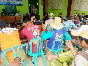Warga Desa Kendalagung Kec. Kragan memprotes pengisian BPD di desa mereka, Kamis (26/12).