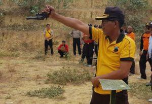 Kompol Eko Budi Sulistyanto, Kabag Perencanaan Polres Rembang memperagakan cara menembak dengan posisi pistol terbalik. (Foto atas) Kompol Eko Budi saat ikut turnamen menembak.
