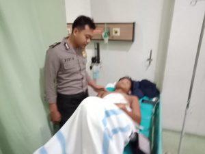 Polisi mengecek kondisi korban pembacokan, Senin (23/12).
