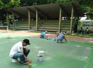 Para pecinta olahraga tenis lapangan bergotong royong memperbaiki lapangan tenis di kawasan SMP N II Rembang.