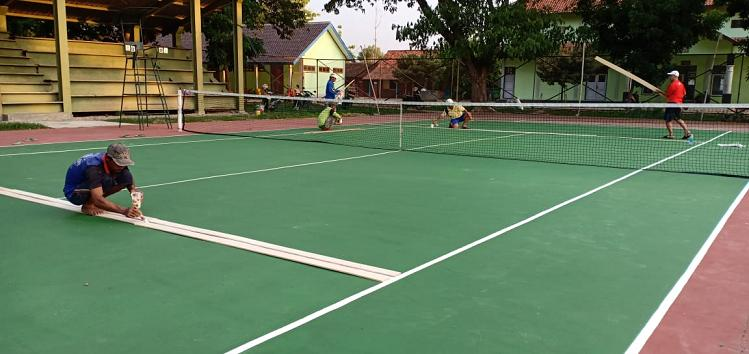 Kondisi Lapangan Mengecewakan, Pecinta Olahraga Tenis Patungan & Turun Tangan
