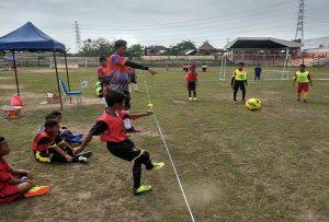Di akhir penutupan, peserta pelatihan lisensi D PSSI memantau anak-anak usia dini main sepak bola. Setelah itu, mereka berjoget bersama, Minggu pagi (15/12).