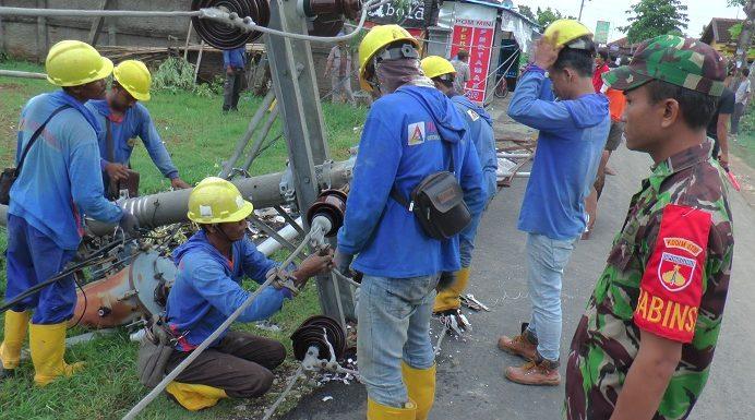 Imbas Bencana Angin, Listrik Di Sejumlah Desa Padam Akibat Tiang Ambruk