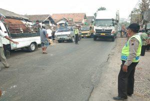 Kemacetan di depan Pasar Hewan Pamotan.