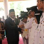 Bupati Rembang, Abdul Hafidz menyerahkan surat keputusan pelantikan Kades, Kamis (05/12).