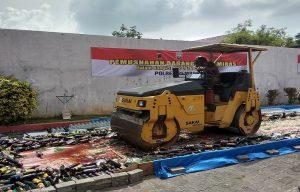 Pemusnahan Miras di samping gedung Balai Kartini Rembang, Kamis (19/12).