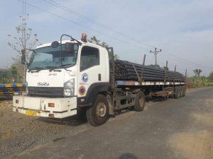 Pengedropan pipa gas di sekitar calon lokasi kilang Dusun Padas Desa Jatihadi, beberapa waktu lalu.