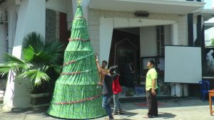 Orang Muda Katholik (OMK) Rembang membuat pohon natal berbahan kain batik di depan Gereja Santo Petrus Dan Paulus Rembang, Selasa (24/12).