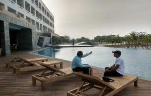 Dua kolam renang di belakang Pollos Hotel & Gallery, pinggir jalur Pantura Semarang – Surabaya, Desa Kabongan Lor, Rembang.
