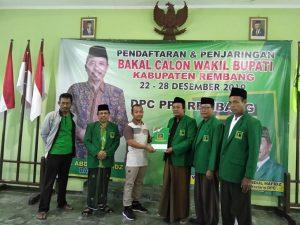 Asrori, utusan Wiwin Winarto mengambil formulir pendaftaran bakal Cawabup. (Foto atas) Jidan, Ketua Paguyuban Kades Kab. Rembang mengambil formulir pendaftaran bakal Cawabup, Kamis (26/12).