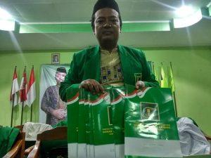 Ketua Tim 9 Penjaringan bakal Cawabup PPP, Dahlan Suyuti menunjukkan berkas bakal calon Wakil Bupati. (Foto atas) 7 orang bakal Cawabup yang mendaftar ke PPP.