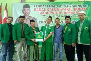 Gus Umam (tengah) mengambil formulir pendaftaran bakal Cawabup di kantor DPC PPP Kab. Rembang, Minggu siang (22/12).