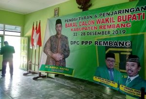 Foto bakal calon bupati incumbent, Abdul Hafidz terpampang di kantor DPC PPP. (Foto atas) Arifin, pengusaha muda dari Desa Krikilan saat mendaftar sebagai bakal calon Wabup Rembang di kantor DPC PDI P Jawa Tengah.
