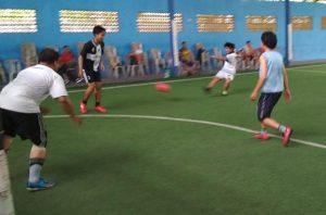 Pengurus PWI Kab. Rembang main futsal bareng dengan pegawai Bagian Administrasi Pembangunan Setda Rembang, Jum'at (06/12).