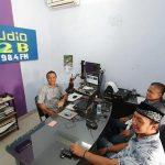 Saat pengawasan lembaga penyiaran, Dua komisioner KPID Jawa Tengah melakukan live siaran di Radio R2B Rembang, Selasa (03/12).