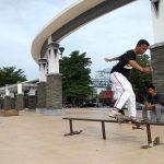 Pecinta olahraga skateboard berpindah-pindah tempat latihan. Kali ini mereka memanfaatkan Alun-Alun Rembang.