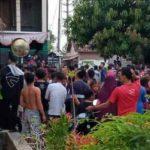 TKP pembakaran dua orang warga dikerumuni banyak orang, pasca kejadian.